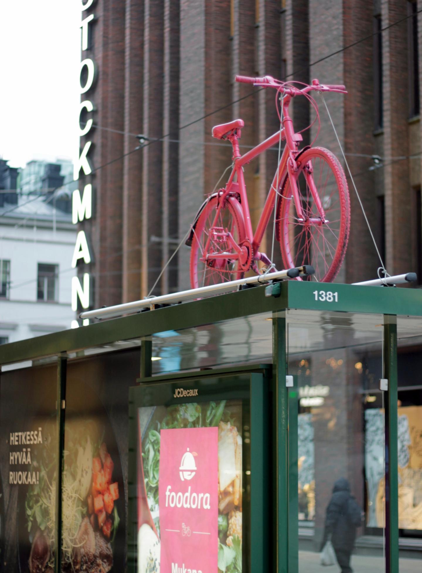 Foodora toi kaduilta tutut pinkit pyörät paraatipaikalle Helsingin keskustaan.