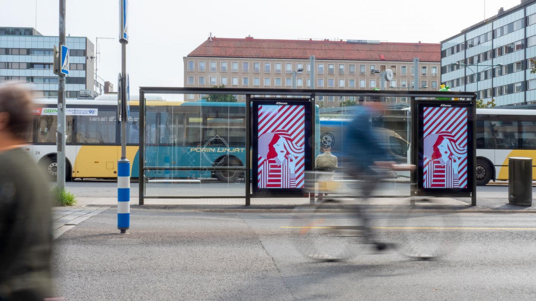 Bussipysäkki jossa digitaaliset ulkomainosnäytöt porissa